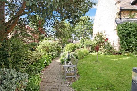 2 bedroom bungalow for sale - The Vineyard, Richmond, TW10