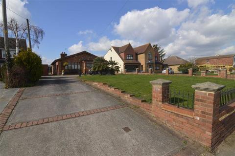 2 bedroom bungalow for sale - High Road, Fobbing, Essex