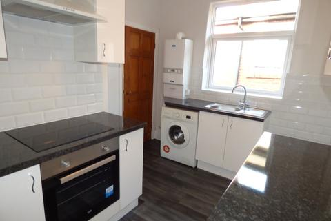2 bedroom flat - Tintern Crescent, Heaton