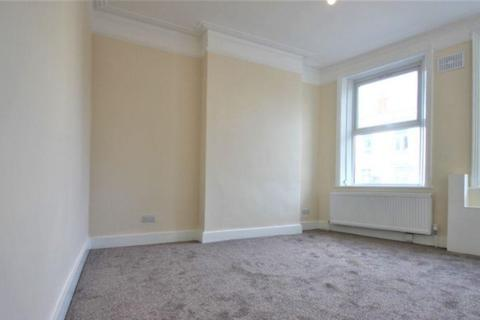 3 bedroom flat to rent - High Road, London