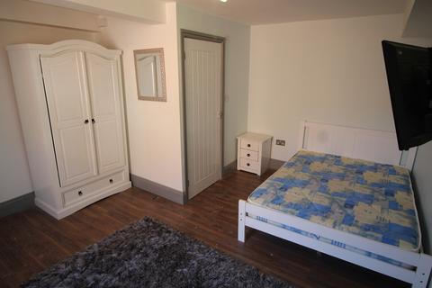 1 bedroom flat share to rent - **£150pw inclusive of bills ** Derby Road, Nottingham, NG7 1LR