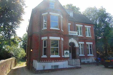 Studio to rent - Westwood Road