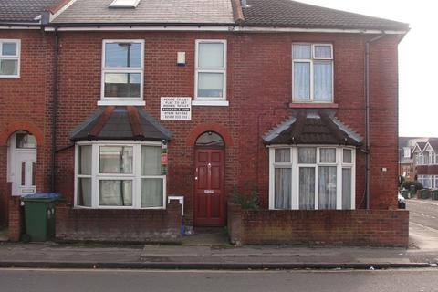 6 bedroom end of terrace house to rent - Lodge Road