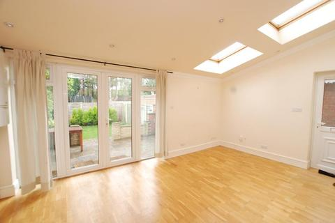 2 bedroom maisonette to rent - Taunton Avenue, Raynes Park, London, SW20 0BH