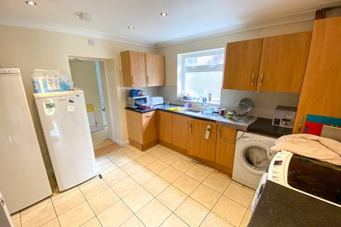 6 bedroom semi-detached house to rent - Stanmore