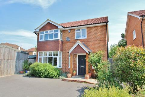 3 bedroom detached house for sale - Dragonfly Close, Surbiton