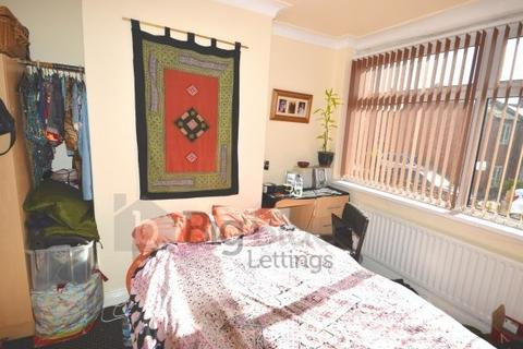 3 bedroom townhouse to rent - 20 Chestnut Grove, Hyde Park, Three Bed, Leeds