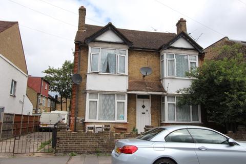 Studio to rent - Raglan Road, London