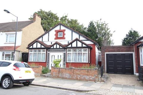 3 bedroom detached bungalow to rent - Chichester Road, London, N9