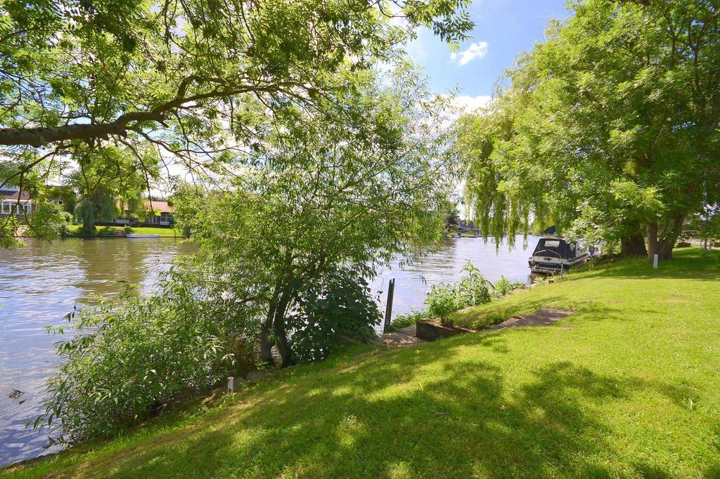 Riverbank mooring