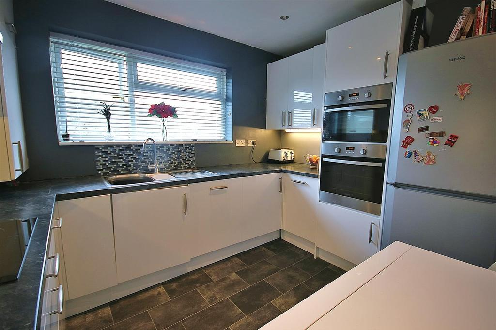 Fitted kitchen/ diner: