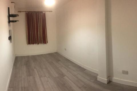 Studio to rent - Whalebone Grove, Chadwell Heath, RM6