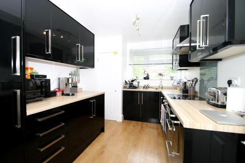 2 bedroom flat to rent - College Road, Woking
