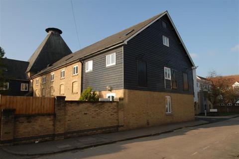 Studio to rent - Priory Street