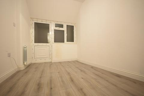 Studio to rent - Ruskin Drive, Worcester Park, KT4