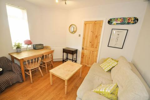 2 bedroom property to rent - Dinton Road, Colliers Wood, London