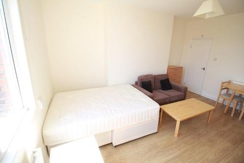 Studio to rent - Mount View Road, London, N4