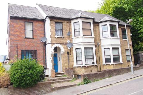 Studio to rent - Priory Road, High Wycombe