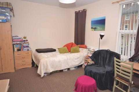 Studio to rent - South Street, Town