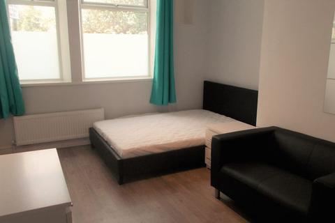 Studio to rent - Milnrow Road, Shaw Oldham OL2