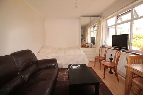 Studio to rent - Park Avenue North, Willesden Green, NW10