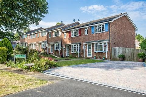3 bedroom end of terrace house for sale - Beacon Close, Banstead