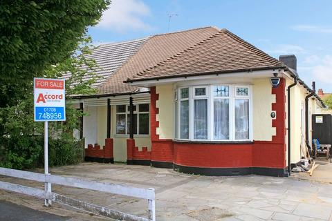 3 bedroom semi-detached bungalow for sale - Heather Gardens, Rise Park, Romford