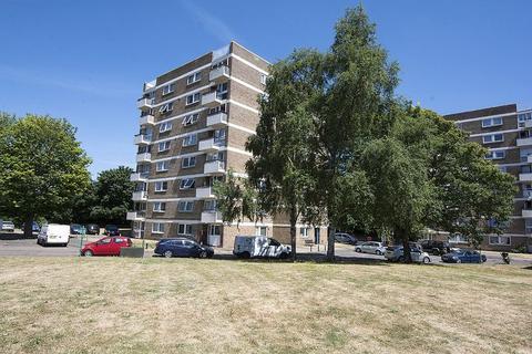 2 bedroom flat for sale - Vicarage Fields, Walton-On-Thames