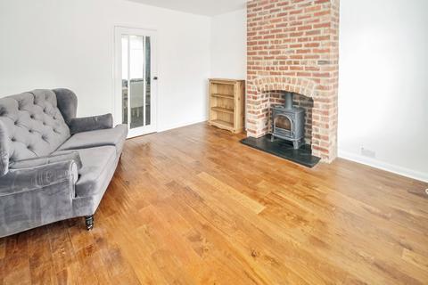 3 bedroom semi-detached house to rent - The Vale, Leeds