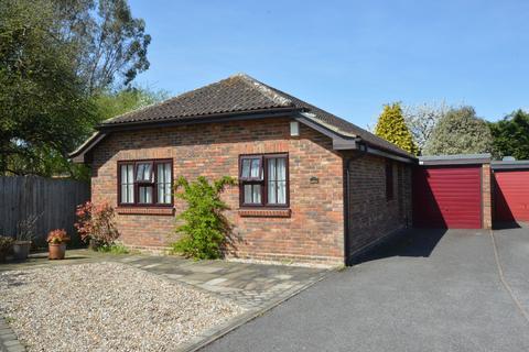 3 bedroom detached bungalow for sale - Carlton Close, Chessington, Surrey, KT9