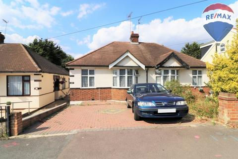 2 bedroom bungalow for sale - Amesbury Drive,  Chingford, E4