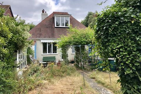 2 bedroom detached bungalow for sale - Anglesey Court Road, Carshalton