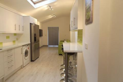 7 bedroom house to rent - 7 Double Beds, 3 Shower Rooms - Recently fully refurbished