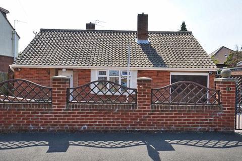 2 bedroom detached bungalow for sale - Amberley Gardens, Cochrane Park
