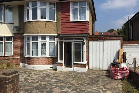 3 bedroom semi-detached house to rent - Beverly Cresent, Woodford IG8