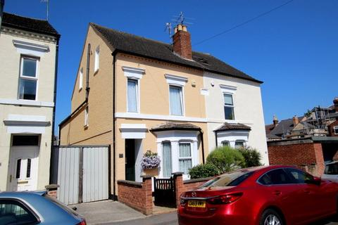 4 bedroom semi-detached house for sale - Henry Road, Gloucester, GL1