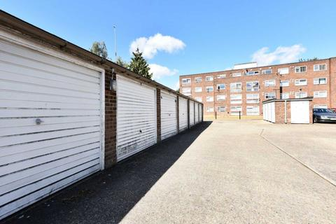 Garage to rent - High Street, London