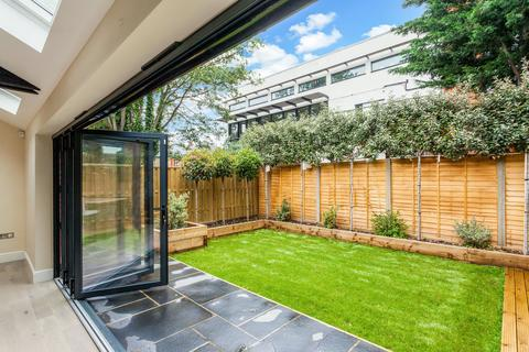 2 bedroom bungalow for sale - Hardman Road, Kingston Upon Thames, KT2