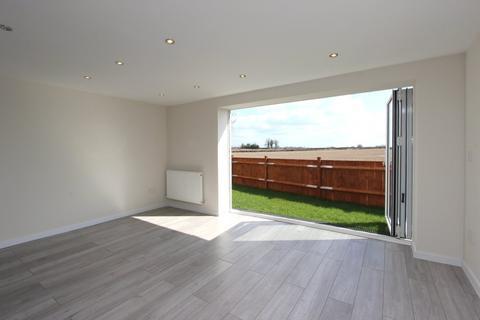 1 bedroom detached bungalow to rent - Oatlands Road, Burgh Heath