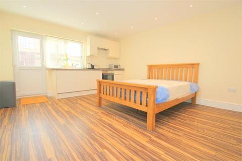Studio to rent - High Street, Burnham, Buckinghamshire