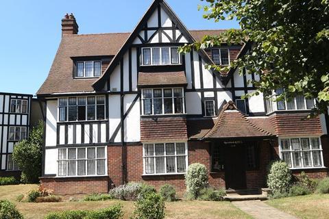 3 bedroom flat to rent - Queens Drive, London