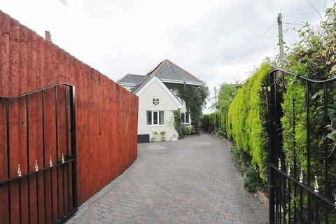 4 bedroom detached house for sale - Liskeard Road, Saltash. 4 Bedroom Family Home tucked off of the main road.