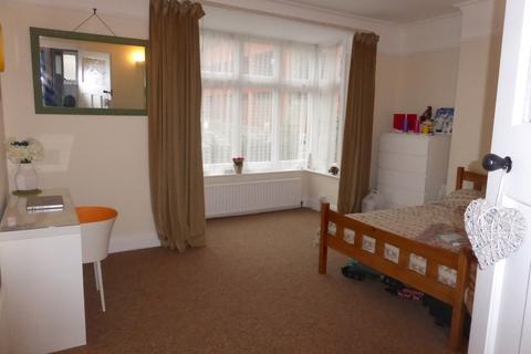 3 bedroom flat to rent - Davigdor Road