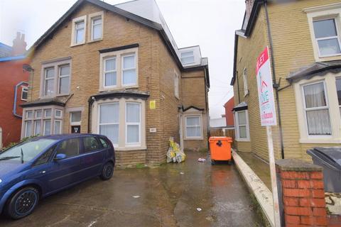 Studio to rent - Park Road, Blackpool