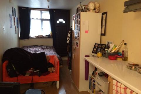 Studio to rent - Off Woodford Avenue, Redbridge IG4