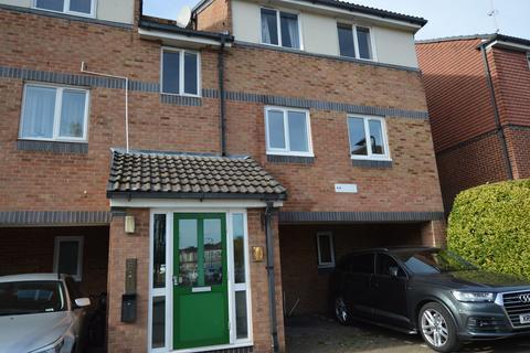 2 bedroom flat to rent - Frensham Close, Southall