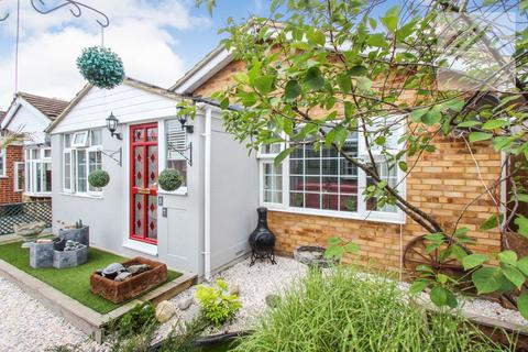 1 bedroom bungalow for sale - Hallet Road, Canvey Island - Beautifully presented