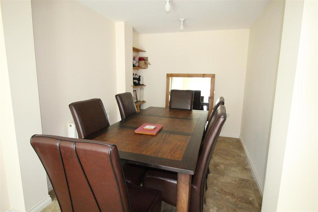 Kitchen/Dining Room: L Shaped