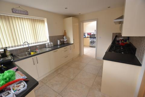 4 bedroom semi-detached house to rent - Grove Avenue, New Costessey