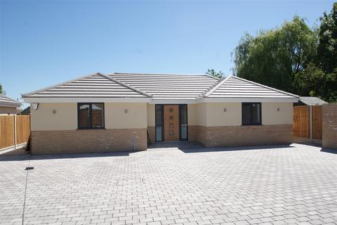 3 bedroom detached bungalow for sale - Plumberow Avenue, Hockley